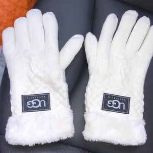 White cable stitch gloves 🧤